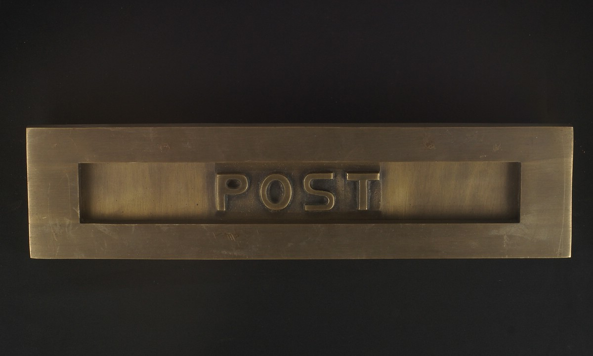 Massive Bauhaus-Briefklappe aus patiniertem Messing mit Aufschrift POST | JCB