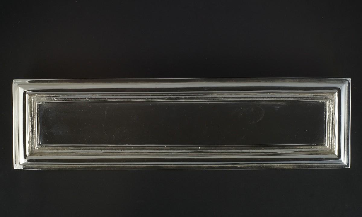 Vernickelter, polierter Jugendstil Briefkasteneinwurf aus Messing mit elegantem Design. | JCB