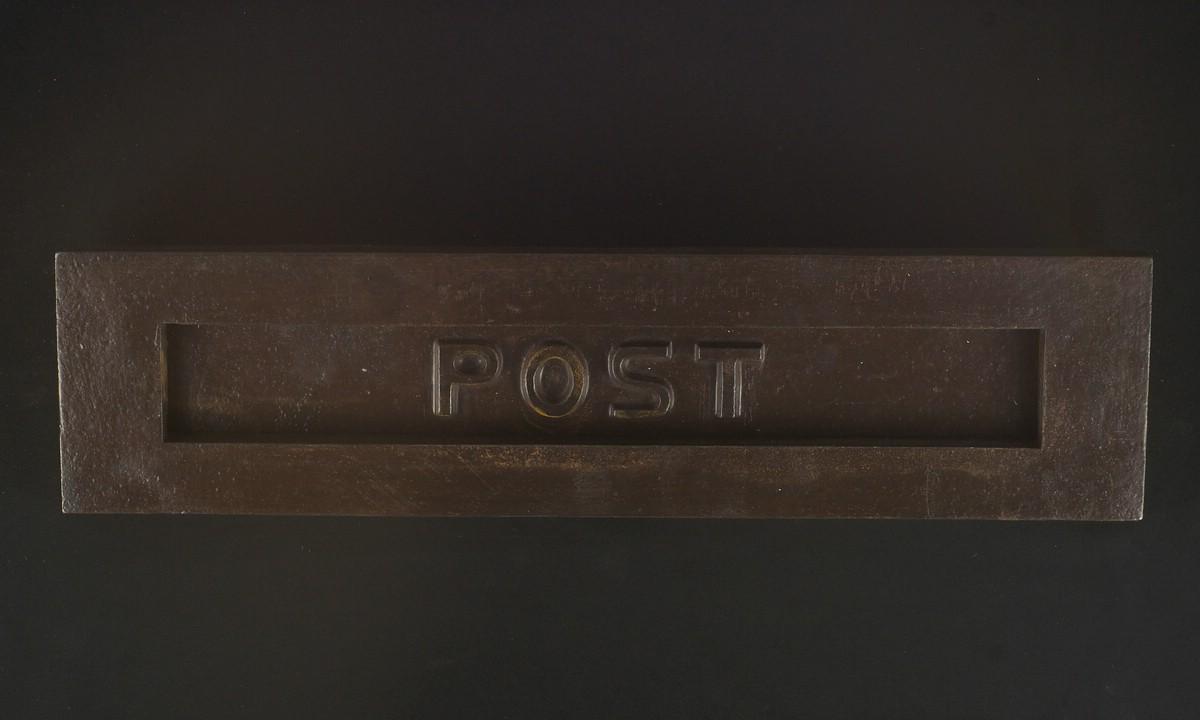 Briefkastenklappe in Eisen antik mit POST Schriftzug im Bauhaus-Stil. | JCB